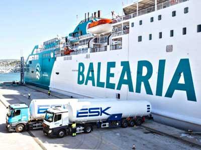 Primer respostaje de Gas Natural Licuado (GNL) del barco Bahama Mama de Balearia en el puerto de Denia (Alicante)
