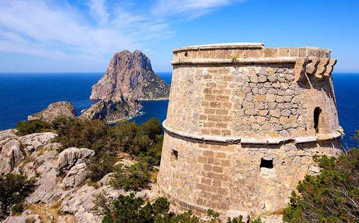 Barco más hotel Ibiza en Julio